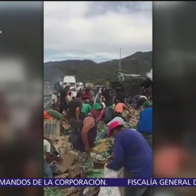 Pobladores hacen rapiña en tráiler volcado sobre carretera Guadalajara-Tepic