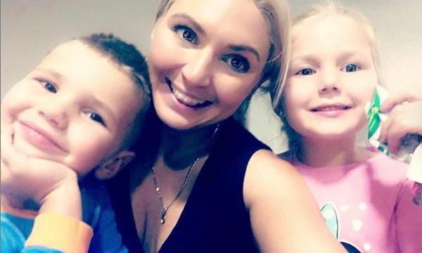 """""""Todos los días es difícil estar lejos de estas dos pequeñas cabezas felices, pero el Día de la Madre es un poco más difícil. Nuestro tiempo juntos siempre es una bendición y no puedes borrar la sonrisa de nuestras caras Así que bendecidos por ser su Mumma, tienen un amor incondicional y un vínculo inquebrantable #mothersday #love #truelove"""" . Vía Instagram (@meeganheff)"""