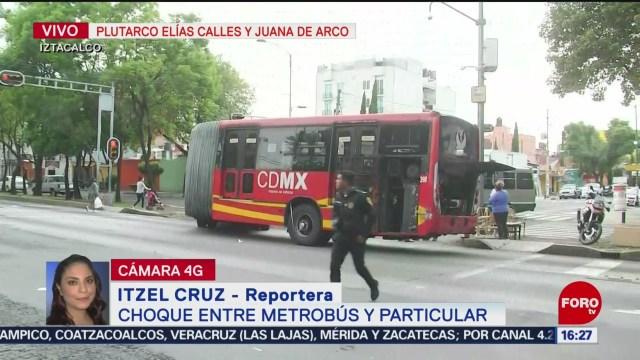 Se registra choque entre unidad del metrobús y auto particular en Iztacalco