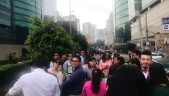 Gente sale a las calles de la Ciudad de México tras un sismo de magnitud 3.0. Foto del 18 de julio de 2019