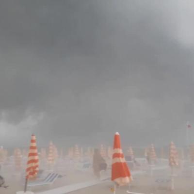 VIDEO: Tormenta sorprende a turistas en playa de Tortoreto, Italia