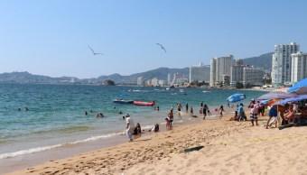 Turistas en el puerto de Acapulco. (Twitter @GuerreroComSoc)