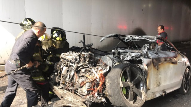 Foto: vehículo incendiado en Circuito Interior, 9 de julio 2019. Twitter @i_alaniis