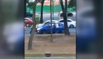 FOTO Video: Conductor evita robo usando su auto, en la CDMX (Noticieros Televisa)
