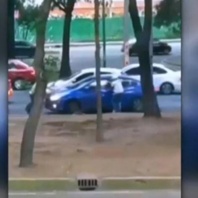 Video: Conductor evita robo usando su auto, en la CDMX