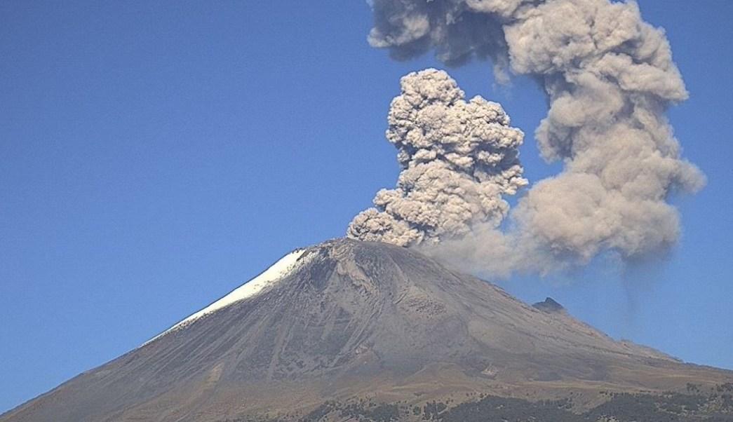 FOTO: El volcán Popocatépetl registra una fumarola de vapor de agua, gas y ceniza, 7 julio 2019