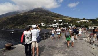 Foto: Turistas toman fotos al volcán Stromboli en Italia, el cual aumentó su actividad en los últimos días, el 5 de julio de 2019 (AP)