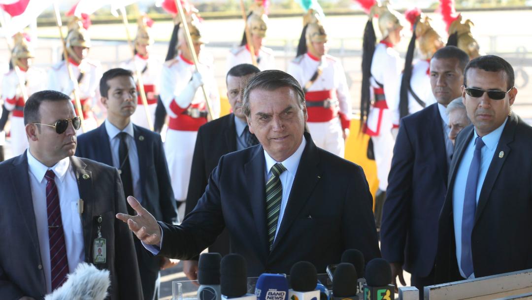 Bolsonaro reaccionó con una risotada a un comentario hecho en Facebook contra Brigitte Macron, 28 de agosto de 2019 (AP)