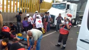 Tráiler a exceso de velocidad choca y deja 10 lesionados sobre la México- Puebla