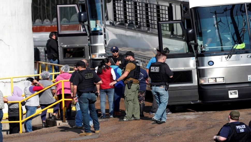 Foto Consulados atienden a hijos de mexicanos detenidos durante redadas 9 agosto 2019