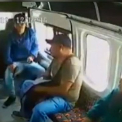 Delincuentes asaltan a pasajeros de combi en Lechería-Texcoco