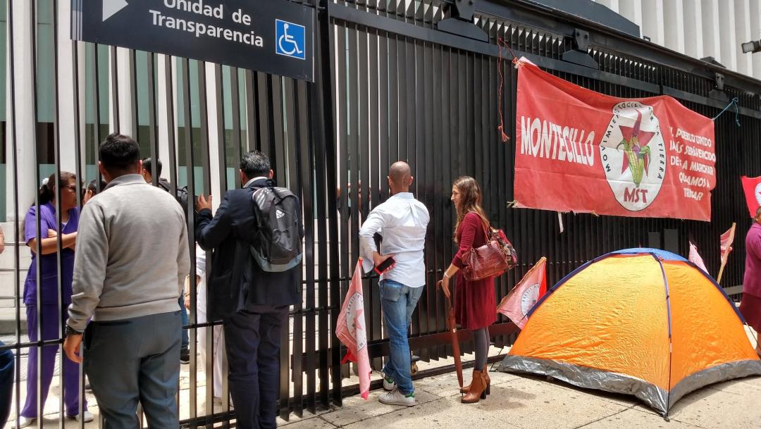 Foto: Tras retirar el plantón, los manifestantes marcharon al Zócalo (Twitter @gallegoso)