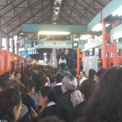 Persona se arroja a vías del Metro Villa de Aragón; suspenden servicio