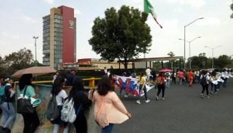 Foto: Estudiantes del Movimiento de Aspirantes Excluidos de la Educación Superior frente al edificio de Rectoría de la UNAM, 2 agosto 2019