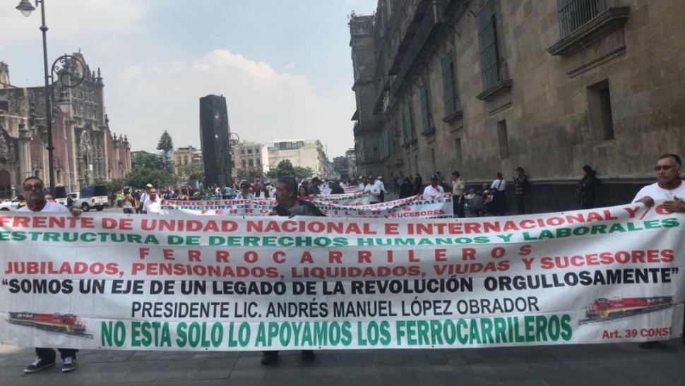 Ferrocarrileros protestan afuera de Palacio Nacional en CDMX