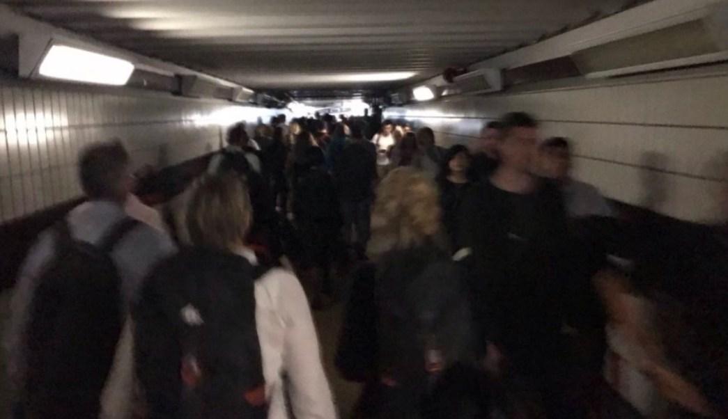 Foto: Cientos de personas caminan por una estación del Metro en Londres. El 9 de julio de 2019. Twitter/@JoeWelstead