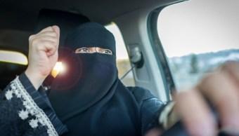 Foto: Una mujer conduce por calles de Arabia Saudita. Getty Images/Archivo