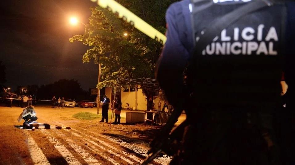 Foto: Policías de Culiacán custodian un cuerpo tirado en la calle. Debate
