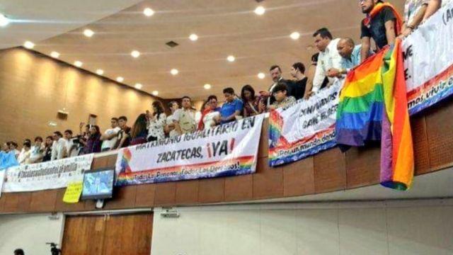 Foto: Un grupo de personas protestan en el Congreso de Zacatecas. Twitter/@Notigram