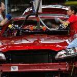 Foto: Dos personas instalan el techo de un auto en una planta de ensamblaje en Chicago, Illinois, EEUU. Getty Images/Archivo
