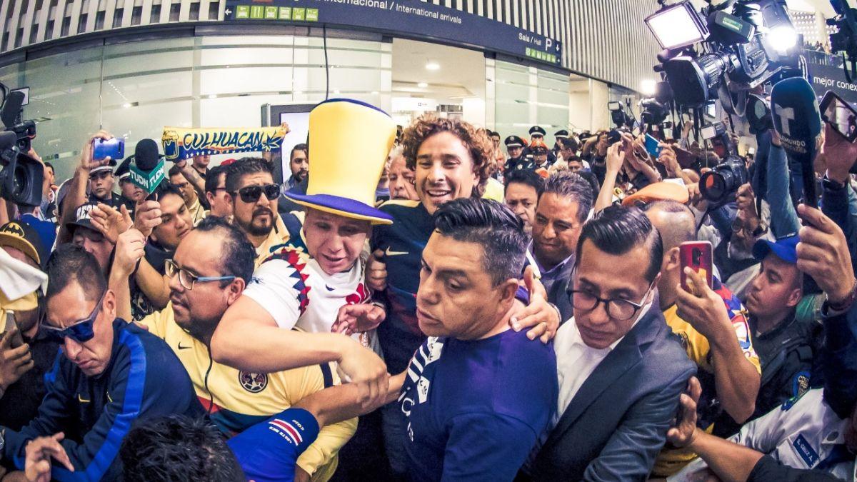 Foto: Cientos de personas recibieron a Guillermo Ochoa en el AICM. El 13 de agosto de 2019. Twitter/@ClubAmerica