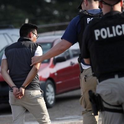 Inmigrantes se encierran en sus casas tras redadas de ICE en Mississippi