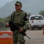 Foto: Un elemento de la Guardia Nacional de México parado en un retén en una carretera de Chiapas. AP