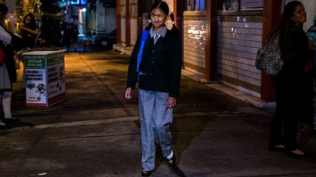 Foto: Lían Estrella decidió usar pantalón, en lugar de la tradicional falda, este regreso a clases en la Ciudad de México. Cuartoscuro