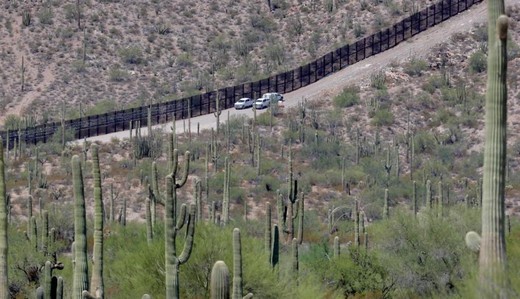 Foto: Agentes fronterizos vigilan la zona de Lukeville, en Arizona, EEUU. AP