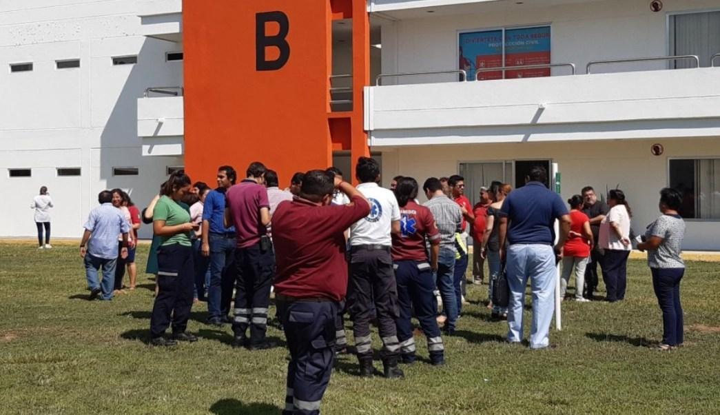 Foto: Varias personas salen a las calles tras el sismo de magnitud 5.5 en Tonalá, Chiapas. El 12 de agosto de 2019. Twitter/@ProcivilTabasco