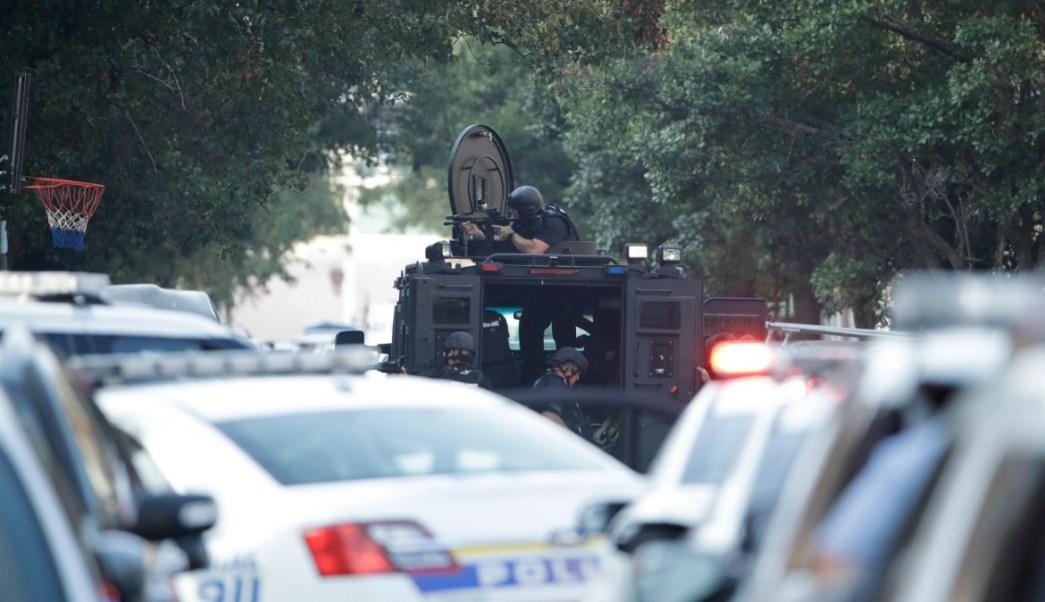 Foto: Policías buscan a un tirador activo en calles de Nicetown, en Filadelfia, EEEU. El 14 de agosto de 2019. AP