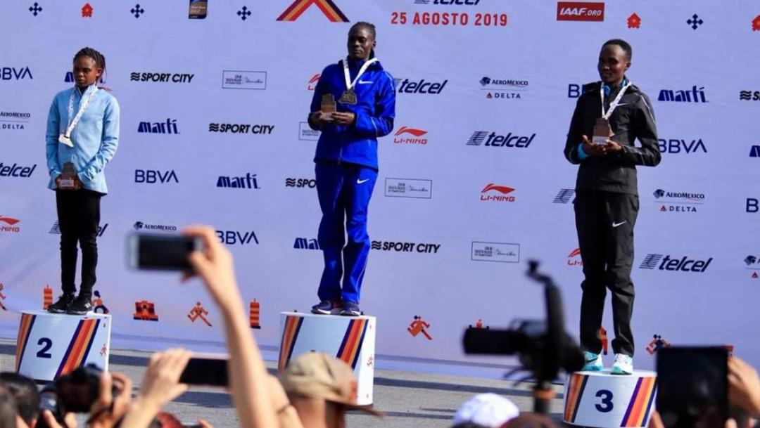 Foto: La premiación de las ganadoras en la rama femenil del Maratón de la Ciudad de México, el 25 de agosto de 2019 (Twitter @MaratonCDMX)