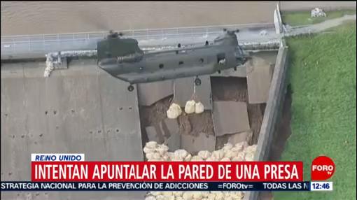 Helicóptero lanza sacos de arena para apuntalar presa dañada