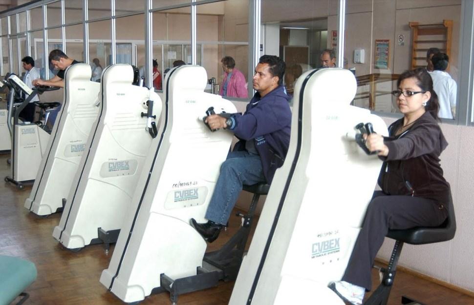 IMSS atiende problemas de postura con rayo láser terapéutico y electroterapia