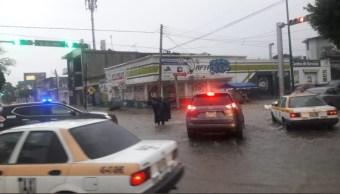 Foto:Un policía de tránsito en Tuxtla Gutiérrez labora en medio de la lluvia, 17 agosto 2019