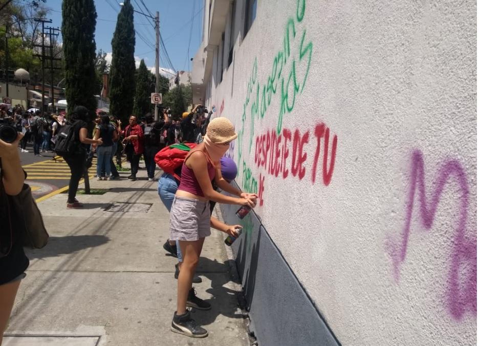 Manifestantes realizan pintas en la PGJ-CDMX