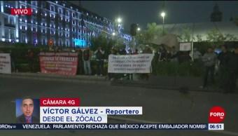 Manifestantes protestan frente a Palacio Nacional en CDMX