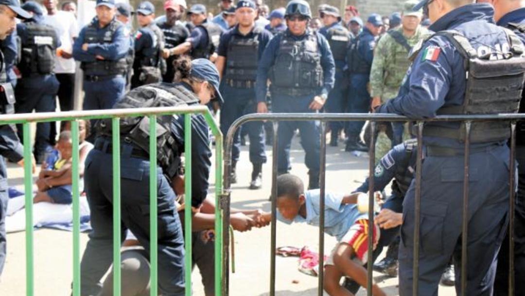 Foto Migrantes protestan ante el resguardo de la Guardia Nacional, 22 de agosto 2019 (@PaolaRojas)