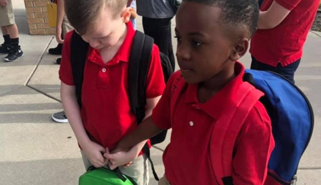 Foto:Niño consolando compañero autismo primer día clases. 27 agosto 2019