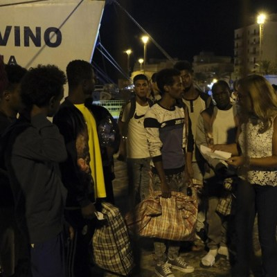 Autorizan salida de ocho personas y un acompañante del 'Open Arms'; Italia ofrece solución