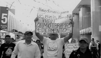 Padres desesperados de niños con cáncer protestan en el AICM por falta de medicamentos