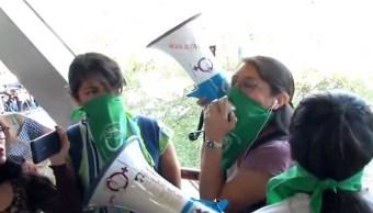 Con pañuelos verdes, mujeres se manifiestan en el Metro Constitución de 1917
