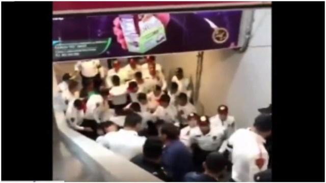 Foto: Policías y comerciantes tuvieron una pelea en el Metro Tacubaya, 24 de agosto de 2019 (Redes sociales)