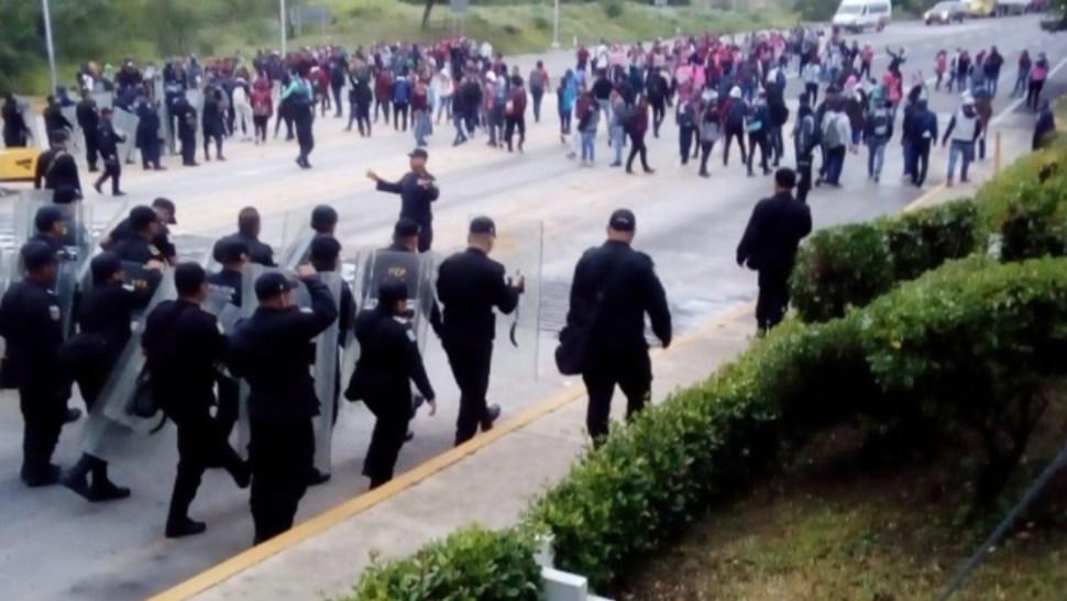 Foto: Los normalistas señalaron que durante el desalojo fueron detenidos tres de sus compañeros, 21 de agosto de 2019 (Twitter @SSyPC_Chiapas)