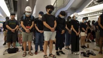 Foto: Los manifestantes vestidos de negro ocuparon la estación de Yuen Long, 21 agosto 2019