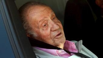 Foto: El rey Juan Carlos habla con los periodistas que esperaban en el Hospital Quirón Salud Madrid de Pozuelo de Alarcón, 31 agosto 2019