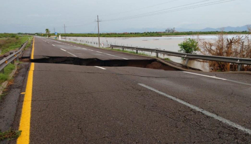 """Foto: En Sinaloa las lluvias provocadas por la tormenta tropical """"Ivo"""" formaron un enorme socavón en la autopista Mazatlán-Culiacán, 23 agosto 2019"""