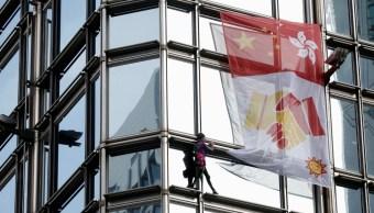 'Spiderman' francés despliega bandera por la paz en rascacielos de Hong Kong
