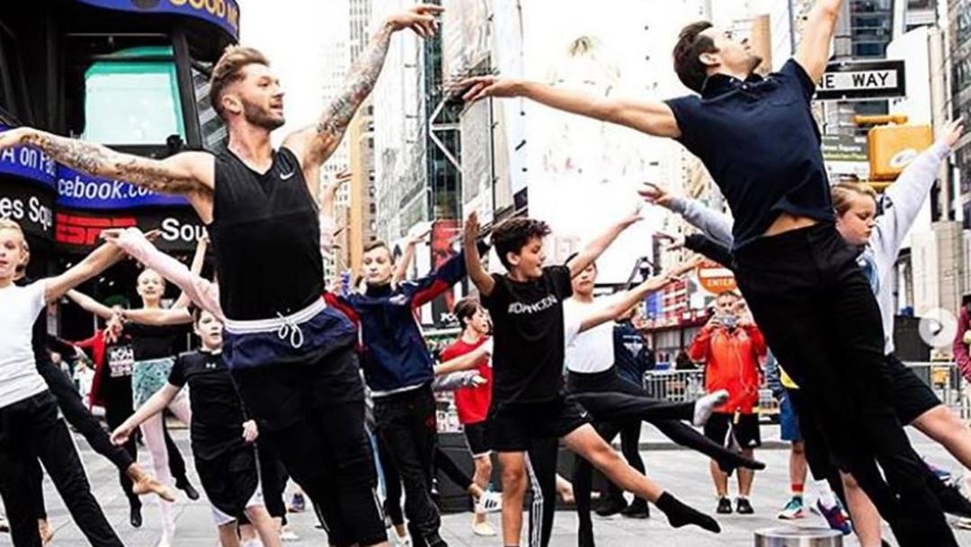 Foto: Decenas de bailarines danzan en Nueva York en apoyo al príncipe Jorge, 28 agosto 2019