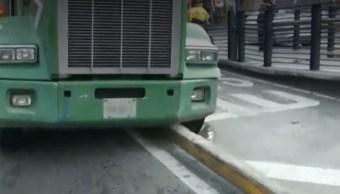 FOTO Tráiler atorado en carril confinado del Metrobus CDMX afecta vialidad en Cuauhtémoc (FOROtv)